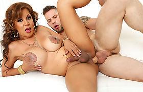 TS latina Naomi Chi loves anal