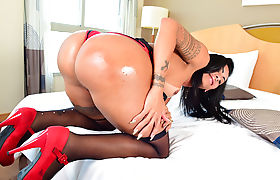 Tranny Isabelly Ferreira rides a big fleshy cock anally