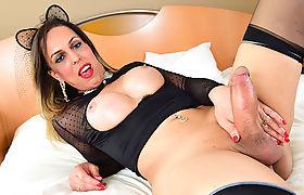Shemale Fernanda is having a solo masturbation and used a dildo