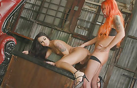 Tranny Khloe Kay suck and barebacked by shemale Aspen Brooks