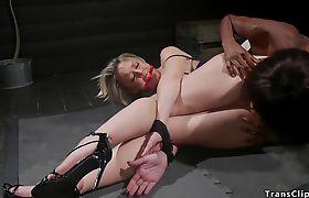 Big booty ebony tranny anal fucks blonde