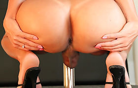 TS Sabrina Suzuki oil masturbation