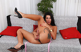 Glamorous Shemale Thaissa Guimaraes wanks her shecock