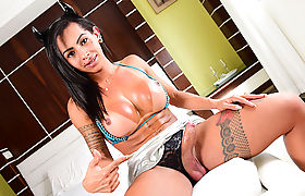 Damn Tgirl Isabelly in hot solo scene with her new dildo