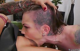 Alt hairdresser sucks and fucks tranny