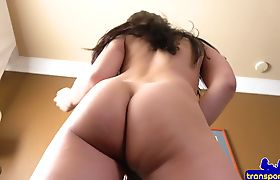 Tranny babe shows off her amazing booty