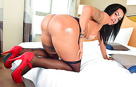 Busty shemale Isabelly Ferreira big booty gets reamed