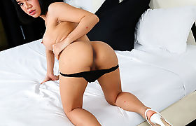 Hunk Stud Dude tries deepfucking TS Donna A butthole